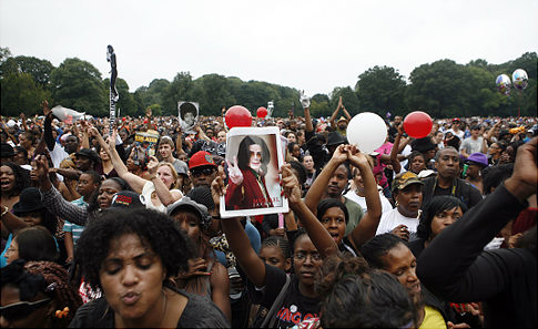 http://ilikevans.files.wordpress.com/2009/08/alg_michael_jackson_celebration.jpg
